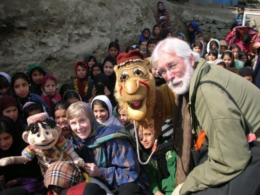 Michael Frith with wife Kathy Mullen introduce children in Kabul to puppets from the ChucheQhalin landmine-awareness film