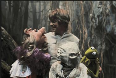 Miss Piggy and Kermit visit Yoda Luke Skywalker (Mark Hamill) (c) ARR, The Walt Disney Company